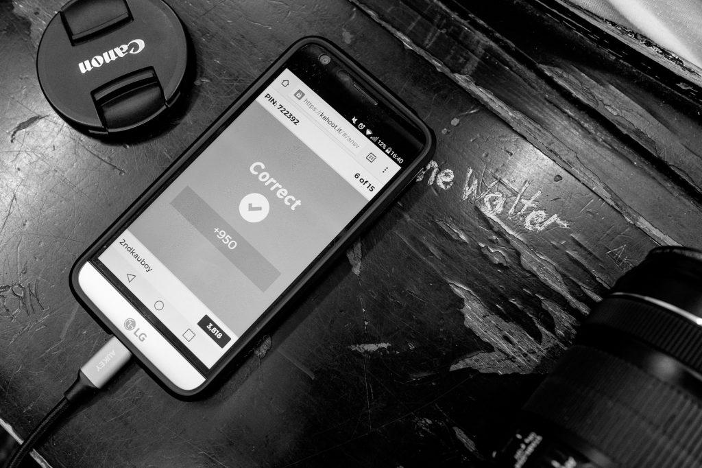 Smartphone mit der Kahoot Webseite